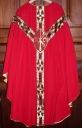 Ornement rouge 3 : chasuble, bourse de corporal, manipule, voile de calice