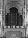 Grand orgue situé en tribune au bas de la nef.
